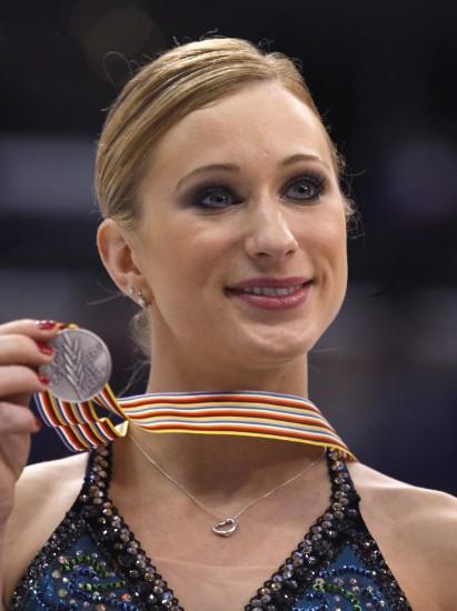 图文-花滑世锦赛罗切特女单摘银展示小巧的奖牌