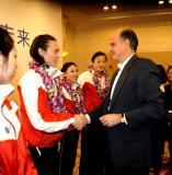 图文-中国花样滑冰队再获赞助佟健和赞助商握手