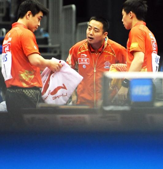 图文-世乒赛男双第三轮激战刘国梁指点王皓/陈�^