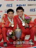 图文-世乒赛男双颁奖仪式王皓/陈�^哥俩展示金牌
