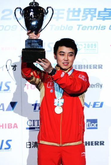 图文-世乒赛王皓夺得男单冠军举起奖杯庆祝