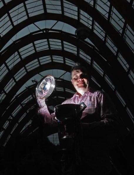 图文-希金斯一家展示冠军奖杯巫师的梦想照进现实