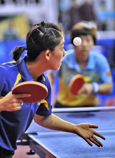 图文-全运会乒乓球预赛单打赛况 牛剑锋发球瞬间