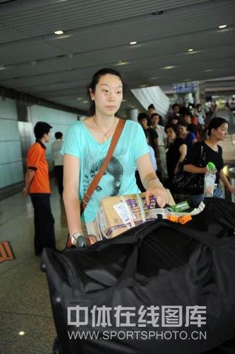 图文-中国女排结束欧战返回北京楚金玲若有所思