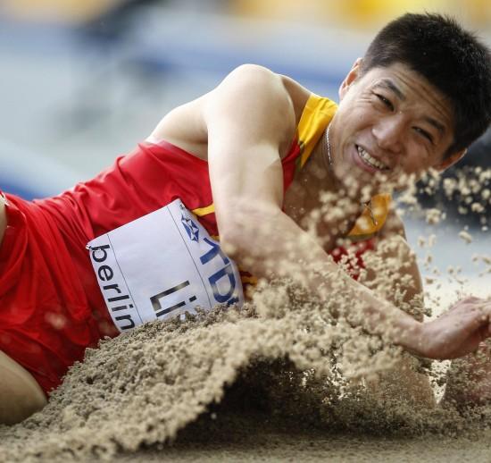 图文-李延熙获男子三级跳远第六落地瞬间镜头