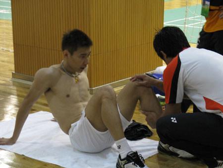 图文-李宗伟黄妙珠同场训练李宗伟接受理疗