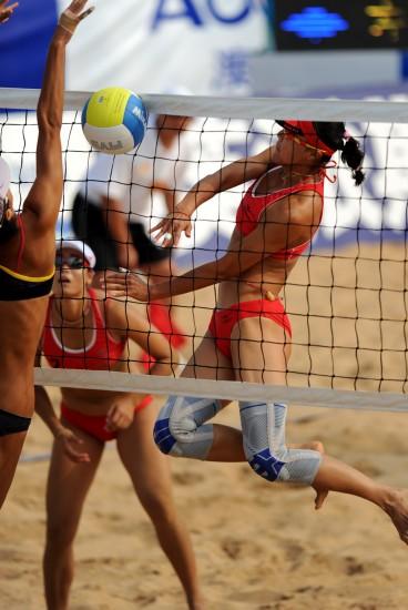全运会女子沙滩排球半决赛 王菲高高跃起扣球