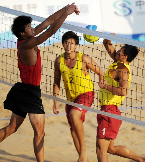 当日,在山东青岛举行的第十一届全运会男子沙滩排球半决赛中,福建队