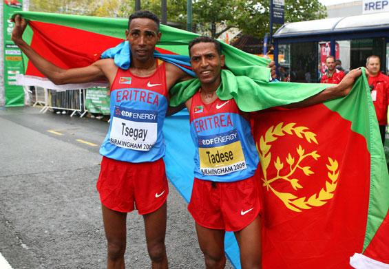 图文-半程马拉松世锦赛厄立特里亚哥俩儿庆祝胜利