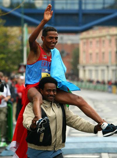 图文-半程马拉松世锦赛塔德塞受到英雄般的待遇