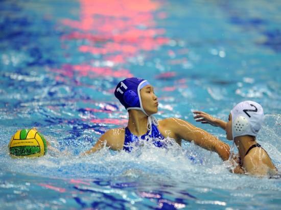 图文-全运会女子水球赛况广西选手王毅准备进攻