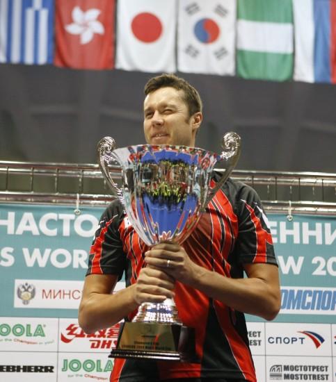 图文-萨姆索诺夫获男子世界杯冠军老萨捧冠军奖杯