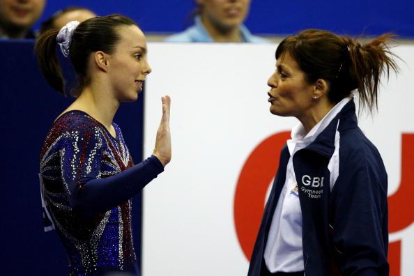 图文-女子自由体操决赛战况特维德尔与教练交流