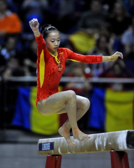 图文-体操世锦赛18日决赛赛况杨伊琳出现失误落木