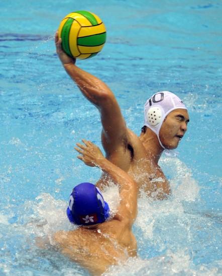 图文-全运会男子水球23日赛况谭飞虎全力一击