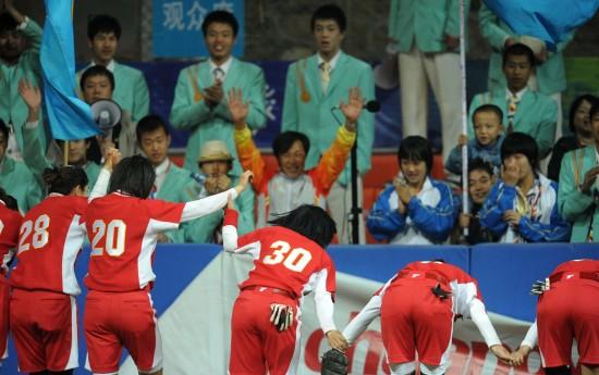 图文-全运会辽宁女垒夺得冠军集体感谢观众支持