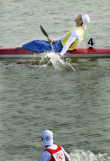 图文-男子单人皮艇1000米周玉波夺冠狂吼庆胜利