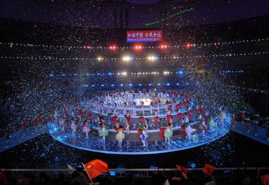 图文-第十一届全国运动会落下帷幕观众挥舞国旗