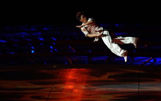 图文-第十一届全国运动会举行闭幕式空中旋转