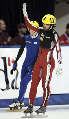 图文-短道速滑世界杯加拿大站哈梅林向观众致意