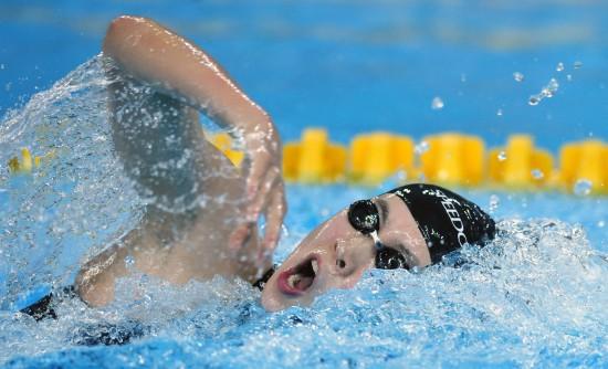 图文-中国队夺女子混合泳接力冠军于尧在比赛中