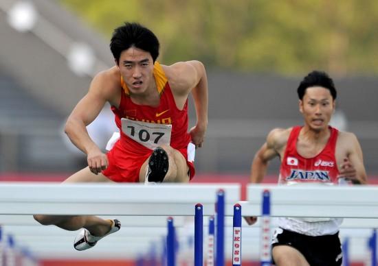 图文-刘翔获得东亚运男子110米栏冠军 跨栏英