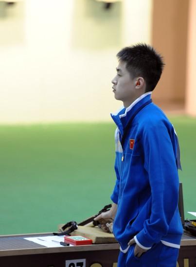 图文-气枪亚锦赛中国少年组夺冠王猛毅在比赛中