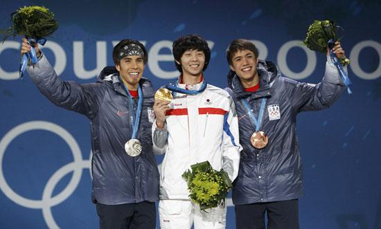 图文-短道速滑男子1500米颁奖前三名领奖