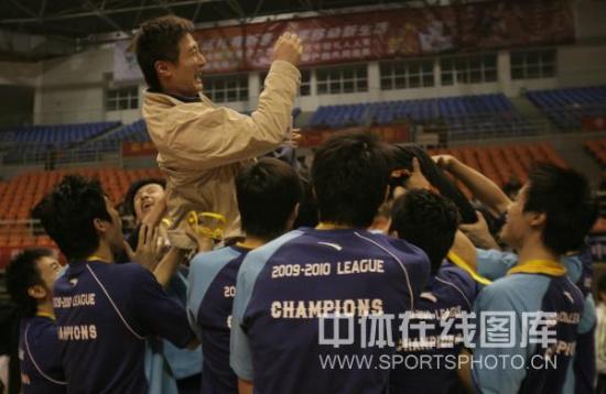 图文-男排总决赛上海队夺冠主帅被队员抛起庆祝