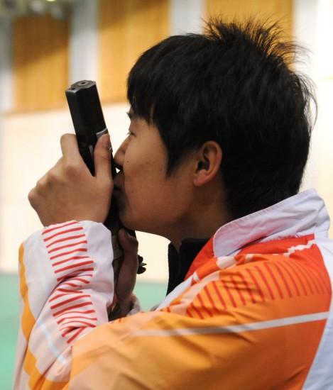 图文-李越宏男子25米手枪速射夺冠亲吻手枪