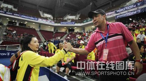 图文-尤杯决赛汪鑫2-1成池铉李永波和张宁击掌庆祝