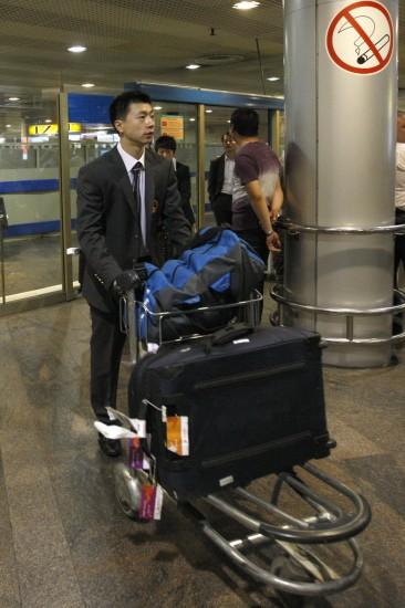 行李-中国乒乓球队抵达莫斯科马龙手推图文走亚运会乒乓球v行李图片