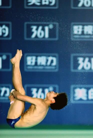 图文-跳水世界杯男子10米跳台赛况火亮空中翻腾