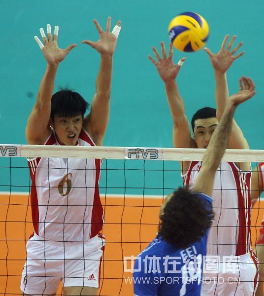 图文-世界男排联赛中国0-3意大利中国队高拦网