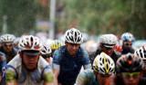 选手们雨中骑行