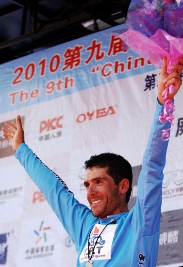 图文-第九届环青海湖自行车赛第三赛段向观众致意