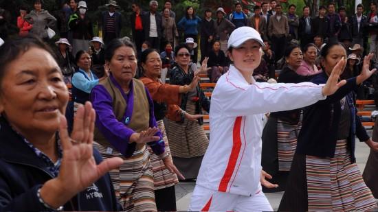 图文-奥运冠军与西藏群众互动邢慧娜与市民健身