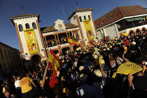 图文-西班牙车迷热情欢迎康塔德西班牙英雄归来