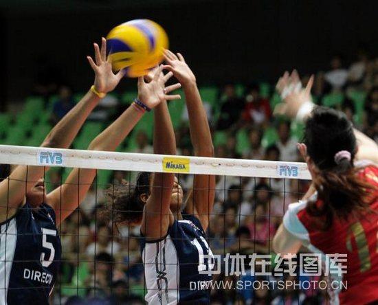 图文-女排大奖赛中国3-0波多黎各波队奋力拦网