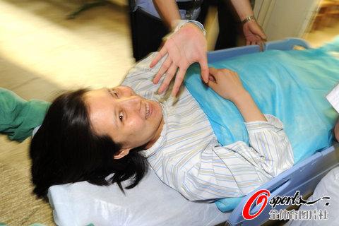 图文-杜丽赴医院待产庞伟陪伴进入产房面带笑容