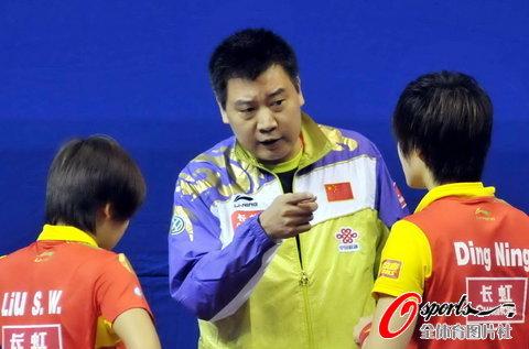 图文-2010年中国乒球公开赛第1轮施之皓指导丁宁