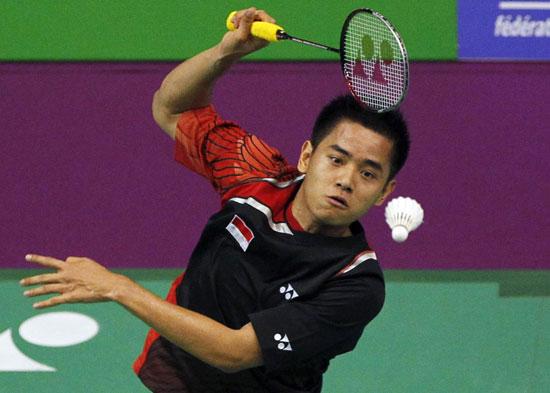 图文-羽毛球世锦赛男单西蒙-桑托索准备拍苍蝇