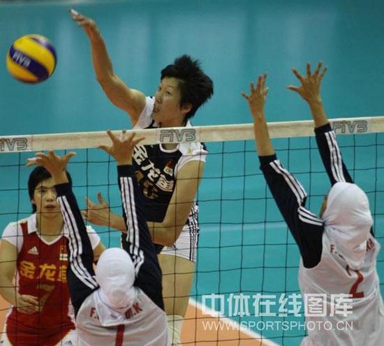图文-亚洲杯中国女排3-0伊朗范琳琳四号位强攻