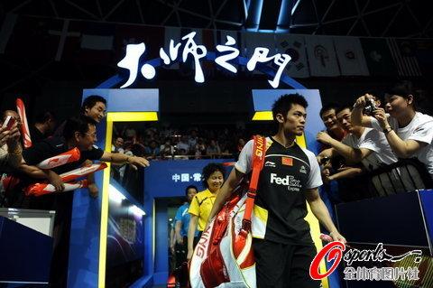 图文-羽毛球大师赛男单决赛林丹出场颇有气势