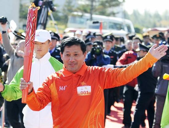 图文-第16届亚运会火炬长春传递短道速滑教头辛庆山