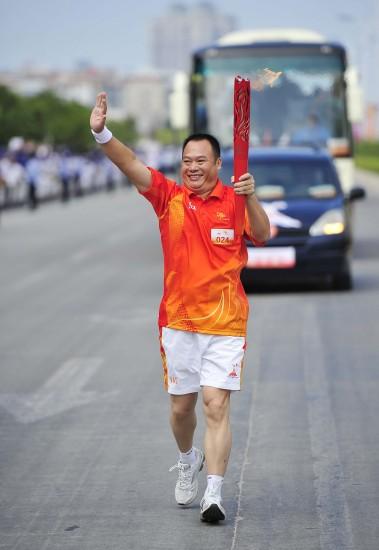 图文-广州亚运会火炬传递汕尾站火炬手林孟德
