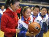 申雪指导小同学打球