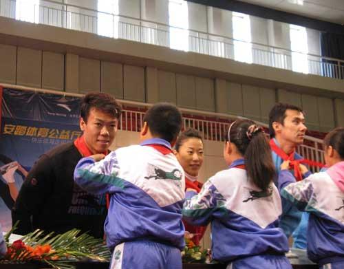 图文-申雪赵宏博献身公益事业在当一次小学生