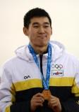 孙龙将领奖台上展示金牌