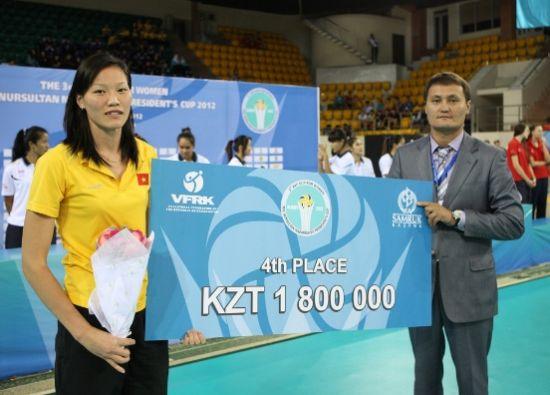 阮氏玉花代表越南队领奖金